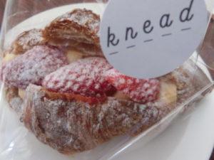 kneadクロワッサンイチゴ